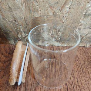 צנצנת זכוכית אטומה בגודל בינוני ריק ומורטי